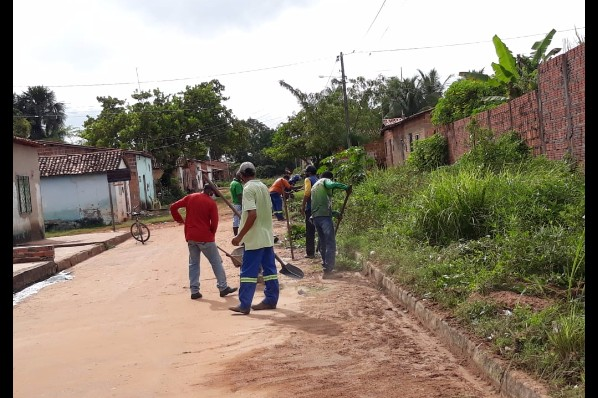 Equipes de roço e limpeza pública intensificam  trabalhos nas ruas dos bairros de Davinópolis