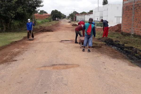 Equipes de roço e limpeza de meios-fios  chegam ao bairro Santo Antônio
