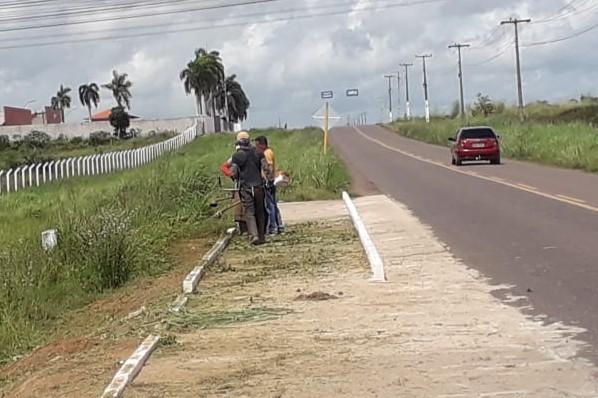 Equipes realizam serviços de roço e limpeza ao lado da pista de caminhada