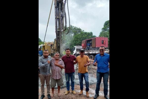 Vice-prefeito Lucas Paiva vistoria obra de perfuração de poço no assentamento Alegria