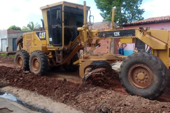 Prefeito Raimundo Coquinho vistoria obra de terraplenagens  para bloqueteamento da Rua Tancredo Neves